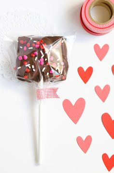 Valentine cake pops in cellophane with washi tape Valentines Day Weddings, Valentines Day Treats, Happy Valentines Day, Valentine Cake, Tapas, Brownie Pops, February Holidays, Moon Pies, Armelle