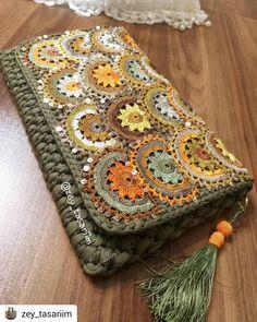 Hobi/Örgü/Crochet / Turkey🇹🇷 (@zibaru.tr) • Instagram fotoğrafları ve videoları Crochet Clutch, Handmade Bags, Laptop Sleeves, Yarn Crafts, Crochet Toys, Leather Bag, Purses And Bags, Pouch, Crochet Patterns