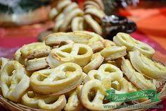 Ingrediente: 400 g faina 250 g margarina Rama cub (sau unt) 1 plic praf de copt… Romanian Desserts, Romanian Food, Romanian Recipes, No Bake Cake, Macaroni And Cheese, Appetizers, Sweets, Healthy Recipes, Snacks