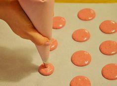 Nuselská kuchta uvádí ...: MAKRONKY A JAK NA NĚ, NEBOLI DO ZBRANĚ! Macarons, Triangle, Food And Drink, Sweets, Baking, Cupcake, Anna, Lunch, Cookies