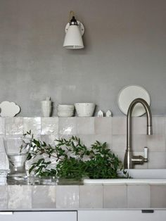 mother of pearl tile backsplash is a different and chic idea for any kitchen Deco Design, Küchen Design, Interior Design, Tile Design, Design Ideas, Grey Kitchens, Cool Kitchens, Kitchen Tiles, New Kitchen