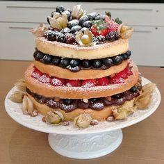 Naked cake Frutas das estação com trufado de amêndoas. #Mordô #bolo #confeitaria #doce #mimo #encontrogourmet #trufa #frutas #nakedcake