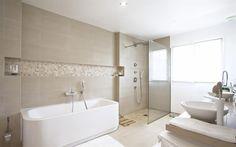 Salle de bain avec double vasques et baignoire blanches. Douche à l'italienne