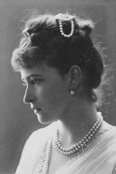 Elisabeth, Grã-duquesa Sergei Alexandrovich da Rússia em cerca de julho de 1887: de perfil à esquerda, enfeite de pérolas no cabelo.