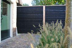 Schutting van lariks/douglas hout met zwart rabat. #Blokhutvillage #tuinhoutvillage