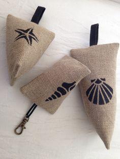 Porte-clés ou bijoux de sac -2015- by Bois Cannelle Scented Sachets, Lavender Bags, Jute Bags, Couture Sewing, Hessian, Arts And Crafts, Pouch, Reusable Tote Bags, Etsy