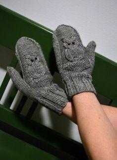 Kaliumdikromaatti-blogissa neulottiin ihanat Kiitos ja näkemiin -pöllölapaset Novita Isoveli -langasta. Crochet Mitts, Knit Mittens, Mitten Gloves, Knit Crochet, Knitting Charts, Knitting Patterns, Fingerless Mitts, Owl Patterns, Handicraft