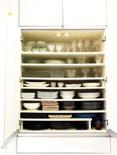 食器棚の収納について、スッキリ収納できるコツなどをまとめてみました。キッチンに入ると、パッと視界に入る食器棚。食事に招かれたときなどに棚の中のお皿の並べ方などを見て「あ、この人オシャレだな」、「カフェみたい」そんな印象を持ったことがありませんか?いつもスッキリしていてきれい。今回は、そんな食器棚の収納のコツをまとめてご紹介します。