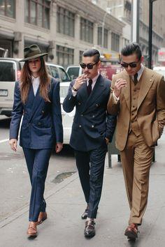 Comprar ropa de este look:  https://lookastic.es/moda-hombre/looks/blazer-cruzado-camisa-de-vestir-pantalon-de-vestir-zapatos-con-doble-hebilla-corbata/836  — Zapatos con Doble Hebilla de Cuero Marrónes  — Pantalón de Vestir Azul Marino  — Blazer Cruzado de Tartán Azul Marino  — Camisa de Vestir Violeta  — Corbata de Punto Burdeos