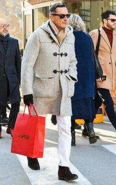 杢グレーのダッフルコートと白パンツのコーディネートで清潔感と洗練を両立