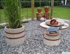 Blommor, vatten, betong, rost, grus o grönt..