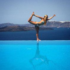 We are divine beings of light. Shine! You were born to do this.  #throwback #santorini #love #yoga #yogaeverydamnday #ocean #bikini #dancer #infinity #pool#ocean #photography#life