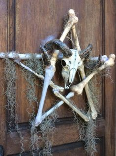 ram pentagram wreath closeup detail The Halloween Lady Halloween 2018, Voodoo Halloween, Casa Halloween, Halloween Party Supplies, Cute Halloween Costumes, Diy Halloween Decorations, Holidays Halloween, Halloween Crafts, Scary Halloween Props