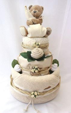 Learn how to make these amazing Christmas gift baskets for Mom that she'll absolutely love - towel cakes! Deco Baby Shower, Baby Shower Baskets, Baby Shower Crafts, Baby Hamper, Shower Bebe, Baby Baskets, Baby Shower Diapers, Baby Boy Shower, Gift Baskets