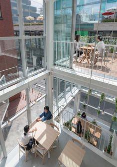 「オルソ スープストックトーキョー」 所在地:東京都目黒区自由が丘1-26-13 オープン:2016年4月30日 設計:永山祐子建築設計 永山祐子 花摘知祐 床面積:77.53㎡ 客席数:30席+テラス12席 Cafe Shop Design, Kiosk Design, Modern Japanese Architecture, Architecture Design, Tokyo Restaurant, Small Buildings, Sash Windows, Rooftop Terrace, Facade