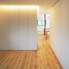 Camera da letto in stile in stile Moderno di 星設計室