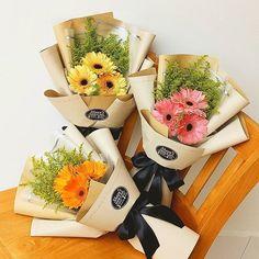 Sunday x Good Vibe 💞 Bouquet Wrap, Hand Bouquet, Diy Bouquet, Boquette Flowers, How To Wrap Flowers, Flower Shop Decor, Flower Decorations, Graduation Flowers, Chocolate Flowers Bouquet
