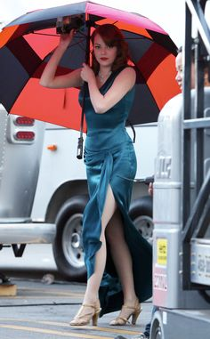 Emma Stone Filming Gangster Squad in LA. This color! Enma Stone, Emma Stone Style, Actress Emma Stone, Non Plus Ultra, Hollywood, Emma Watson, Most Beautiful Women, American Actress, People