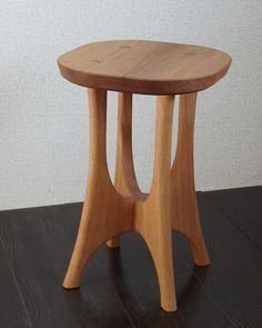 Top Tips On How To Effectively Choose Woodwork Projects - Artistic Wood Products Wood Stool, Stool Chair, Folding Furniture, Cool Furniture, Diy Interior, Interior Design Living Room, Handmade Wood Furniture, Wooden Side Table, Woodworking Inspiration
