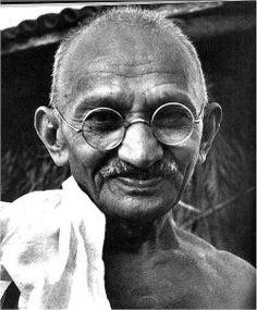 Mohandász Karamcsand Gandhi, híveitől kapott tiszteletnevén Mahátma Gandhi; Porbandar, Gudzsarát állam, 1869. október 2. – Újdelhi, Delhi állam, 1948. január 30.)