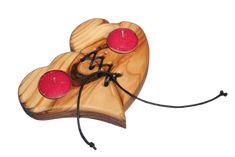 Dekorativer Kerzenständer in Form von zwei zu einem Herz verbundenen Herzen aus geöltem Holz für zwei Teelichter. Unser Teelichthalter eignet sich Ideal zur Zimmerdeko oder als Tischdekoration bei Hochzeiten. Beide Teile des Herzen sind...