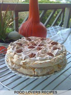 MERINGUEKOEK Cold Desserts, Holiday Desserts, Delicious Desserts, Homade Cake Recipe, Sweet Recipes, Cake Recipes, African Dessert, Meringue Cake, Sweet Pastries