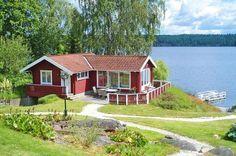 Landlust auf Schwedisch - dazu gehört immer auch Wohnen am Wasser. Der (Aus)Blick spricht Bände. Ihr rotes Holzhaus am See hat eine eigene Sauna und ist liebevoll in ländlichen Weißtönen eingerichtet.