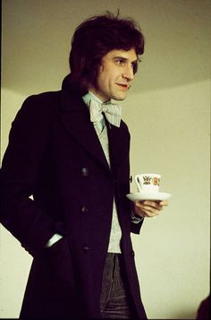 Ray Davies of the Kinks holding a tea cup at a record company office in London April 1975 Look At You, How To Look Better, Blue Soul, Dave Davies, The Kinks, 60s Music, Record Company, British Rock, Progressive Rock