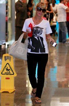 Carolina Dieckmann passeia com visual largado (Mulher Bufê)   Holofote