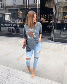 ripped jeans and a baggy Tee 💙 Mode Outfits, Fall Outfits, Summer Outfits, Fashion Outfits, Fashion Belts, Summer Clothes, Womens Fashion, Fashion Trends, Cute Casual Outfits