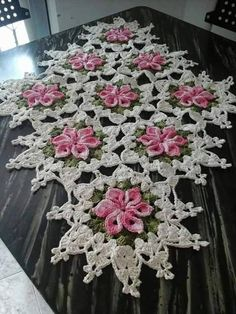 Crochet for funThis Pin was discovered by SebOur Favorite Napkins (doesn't look like patterns are included) Crochet Dollies, Crochet Flower Patterns, Crochet Motif, Crochet Designs, Crochet Flowers, Crochet Kitchen, Crochet Home, Irish Crochet, Crochet Crafts