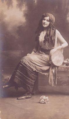 Gypsy Lady with Tambourin - Vintage Post Card Gypsy Life, Gypsy Soul, Vintage Ephemera, Vintage Postcards, Vintage Photographs, Vintage Images, Gypsy Culture, Gypsy Women, Gypsy Girls