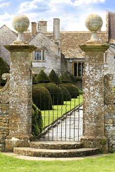 sing-a-song-o-sixpence: Lytes Cary Manor House by Big G1948 on Flickr.