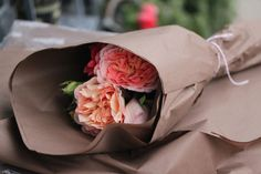 New flowers bouquet gift floral arrangements brown paper Ideas How To Wrap Flowers, My Flower, Beautiful Flowers, Fresh Flowers, Pink Flowers, Flower Wrap, Bright Flowers, Flower Ideas, Cut Flowers