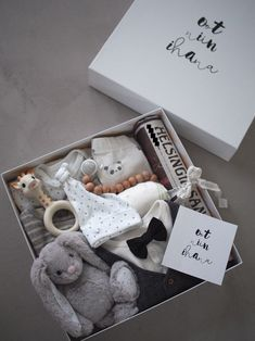 Ideas gifts diy box packaging for 2019 Baby Gift Box, Baby Box, Gift Hampers, Gift Baskets, Diy Cadeau, Mason Jar Gifts, Newborn Gifts, Easy Gifts, Gifts For Kids