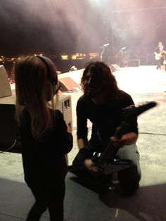 dave grohl  says high to his daughter mid set