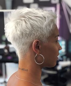 No matter your age, you can find the right short hair here. There are cutting-edge short hairstyles. In a few minutes, you'll find the best short hair inspiration. Super Short Hair, Short Grey Hair, Short Hair Cuts, Short Hair Styles, Side Cut Hairstyles, Cool Short Hairstyles, Short Pixie Haircuts, Pixie Cut Kurz, Pixie Cuts