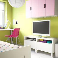 Mueble de TV BESTÅ blanco con cajones y armarios de pared STUVA blancos con puertas rosas