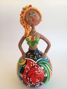 Boneca em Cabaça Ruiva pintada e modelada a mão pela artista plástica Vera Smorigo