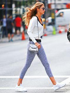 Gigi Hadid super sportlich unterwegs mit Leggings und Sneakern.