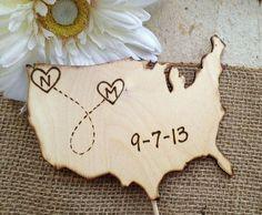 Topos de Bolo de Casamento: Locais. Se os noivos forem de lugares diferentes, pode-se usar bandeiras, objetos ou ainda mapas!