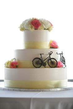 Mission Point Resort Wedding Mackinac Island Northern Michigan Wedding Cake by http://www.PaulRetherford.com #missionpointresortwedding #mackinacislandwedding #puremichigan