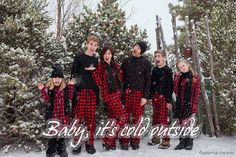 17 most creative and funny Christmas photos (plus sayings and quotes) - Craft-Mart Fun Family Christmas Photos, Sibling Christmas Pictures, Christmas Pictures Outfits, Funny Family Photos, Winter Family Photos, Family Pictures, Xmas Pictures, Holiday Photos, Holiday Fun
