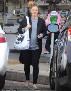 Pregnant and make-up free Drew Barrymore goes for superhero chic as she exits yoga class with Batman bag Batman Bag, Drew Barrymore, Her Style, Day Dresses, Fit And Flare, Personal Style, Lunch, Street Style, Yoga