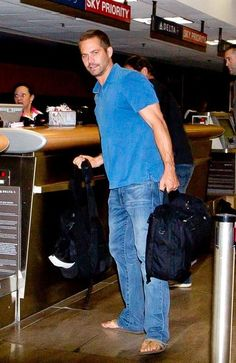 Paul Walker Photos Photos - Paul Walker keeps his head low as he prepares to depart LAX (Los Angeles International Airport) on a red eye flight. Paul Walker Tribute, Paul Walker Pictures, Rip Paul Walker, Cody Walker, Most Beautiful Man, Beautiful People, Fast And Furious, Pose, California