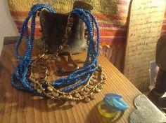 blauwe white-hearts en bronzen collier uit India, glazen ringen uit Venetië. Op antiek, Japans juwelenkistje.