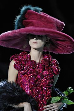 Marc Jacobs Otoño cuz it reminds me of the mad hatter lol Crazy Hats, Fru Fru, Maxi Robes, Love Hat, Glamour, Mode Style, Duffy, Hats For Women, Marc Jacobs