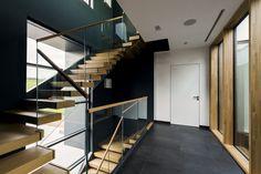 Da die Treppe als Kragarmtreppe ausgeführt ist, besitzen die Geländer keine tragende Funktion. Geländer und Brüstungen konnten somit aus 17,8 mm VSG/ESG ausgeführt werden. Alle Stufen (1000 mm x 350 mm) sind aus einem Stück Eiche gefertigt und mit sogenannter Furnierabwicklung eingebaut. Dabei wurden die Furniere des aufgeschnittenen Eichenstamms der Reihenfolge nach sortiert, so dass man beim Begehen der Teppe diesen Eichenstamm quasi durchschreitet. Stairs, Interior, Room, Home Decor, Built Ins, Stair Treads, Hand Railing, Sorting, Bedroom