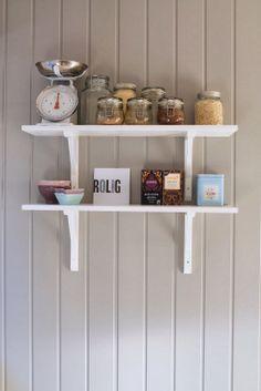 hvitt med farger: Blanke ark på kjøkkenet Book Shelves, Ark, Bookcase, Home Decor, Shelving Units, Homemade Home Decor, Interior Design, Bookshelves, Home Interiors