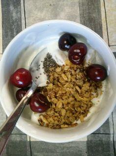 Bom dia, gente gira! E porque estamos na época das cerejas, a Joana Fernandes combinou a sua granola de café com esta fruta tão deliciosa. O aspecto (e de certeza o sabor) não podia ser melhor. Obrigada Joana pela partilha